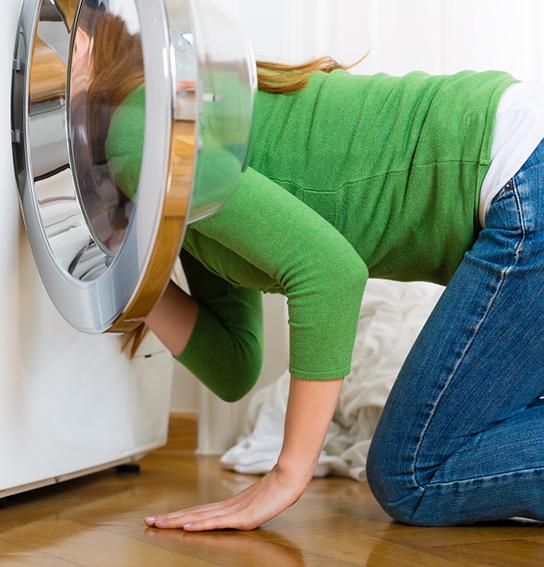 Frau-sucht-Socken-in-der-Waschmaschine