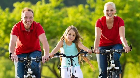 Familie-auf-dem-Fahrrad